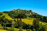Oesterreich, Triol, Tannheimer Tal, Jungholz: im Winter beliebtes Skigebiet, im Sommer ein Paradies fuer Wanderer vor dem Sorgschrofen, ein 1635 Meter hoher Berg in den Allgaeuer Alpen. Jungholz ist verkehrstechnisch nur vom Allgaeu aus zu erreichen - Funktionale Exklave | Austria, Tyrol, Tannheim Valley, Jungholz: a popular ski area in winter and a hiking region in summer - accessible only via Bavaria (Germany)