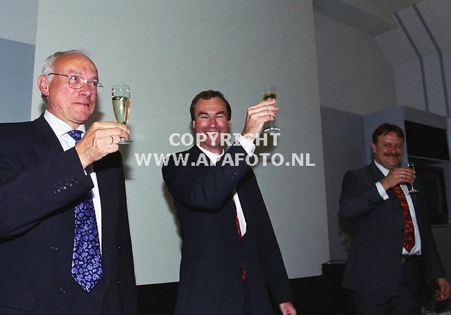 arnhem 100500 het glas wordt geheven bij de overdracht van het scheikundig lab vd kema <br />foto frans ypma.