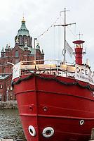 Restaurant Feuerschiff im Nordhafen und orthodoxe Uspenski-Kathedrale, Helsinki, Finnland