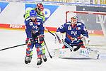 Craig Schira (Nr.64 - Adler Mannheim) und Mirko Höfflin (Nr.10 - ERC Ingolstadt) vor Torwart Felix Brückmann (Nr.90 - Adler Mannheim)