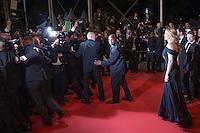 Les photographes repousses devant Julia Roberts - CANNES 2016 - DESCENTE DES MARCHES DU FILM 'MONEY MONSTER