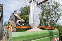 Loading compound nitrogen and sulphur fertilser - Lincolnshire, June