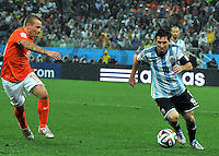 SAO PAULO - BRASIL -09-07-2014. Lionel Messi (#10) jugador de Argentina (ARG) disputa un balón con Jordy Clasie (#16) jugador de Holanda (NED) durante partido de las semifinales por la Copa Mundial de la FIFA Brasil 2014 jugado en el estadio Arena de Sao Paulo./ Lionel Messi (#10) player of Argentina (ARG) fights the ball with Jordy Clasie (#16) player of Netherlands (NED) during the match of the Semifinal for the 2014 FIFA World Cup Brazil played at Arena de Sao Paulo stadium. Photo: VizzorImage / Alfredo Gutiérrez / Contribuidor