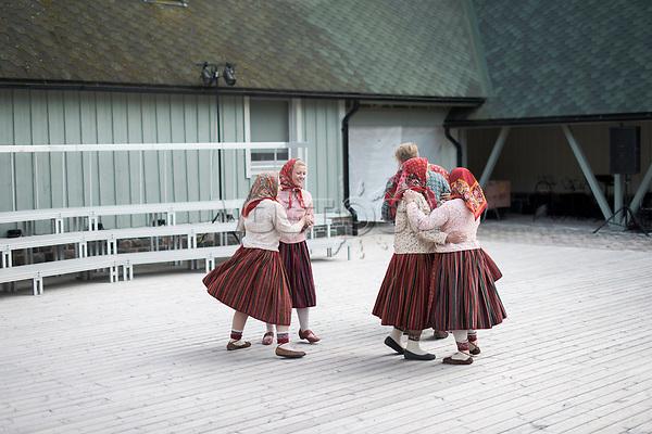 Estland, Bewohner der Insel Kihnu beim ersten Nargen Gesangs-Festival auf der Insel Naissaar in Estland. <br /> <br /> Engl.: Europe, the Baltic, Estonia, Naissaar island, first Naissaar Song Celebration, song festival, culture, women dancing, 28 June 2014<br /> <br /> || Sieben herausragende Accapella-Choere aus Estland singen Lieder mit Bezug auf das Meer und geben auch schon einen kleinen Vorgeschmack auf das Repertoire des grossen Saengerfeste in Tallinn.