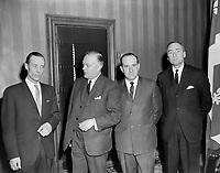 Sujet : Jean Lesage et Pierre Laporte<br /> Date : Entre le 24 et le 31 mars 1963<br /> Photographe : Photo Moderne<br /> - agence Quebec Presse