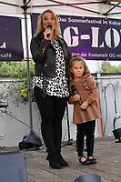 Laura Wilde tritt bei GG-Lokal im Biergarten des Kulturcafe auf und bekommt bei zwei Liedern Verstärkung von ihrem Fan Paulina (5J.) - Gross-Gerau 27.08.2021: GG-Lokal mit Laura Wilde