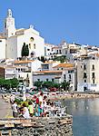 Spain, Catalonia, Costa Brava, Cadaques: Cafe Scene and Town View | Spanien, Katalonien, Cadaques: Fischerdorf an der Costa Brava, Strassencafe und Stadtansicht