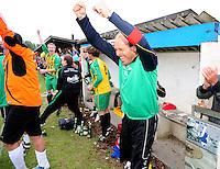 Hooglede - KSV Veurne : vreugde bij Veurne na de promotie op het veld van Hooglede : Trainer John Vanmullem dol van vreugde op het eindsignaal.foto BART VANDENBROUCKE / VDB