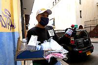 TUNJA-COLOMBIA, 16-04-2020: Un vendedor ambulante ofrece gels y tapabocas, durante la cuarentena total en el territorio colombiano causada por la pandemia  del Coronavirus, COVID-19. / A street vendor offers gels and face masks, during the total quarantine in the Colombian territory caused by the Coronavirus pandemic, COVID-19. / Photo: VizzorImage /Darlin Bejarano / Cont.