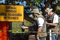 GUerrilha do Araguaia.Técnicos forenses medem escavações. Ontem os peritos chegaram a encontrar pedaços de ossos posteriormente identificadas como ossos  de animaisPeritos encerram as pesquisas em área conhecida  como Tabocão.Após quase 40 anos o ministério da defesa com o exército acompanhados com técnicos forenses, polícia federal e parentes de desaparecidos durante a guerrilha do Araguaia e  fazem uma série de 5 encontros na região do conflito para tentar localizar corpos de desaparecidos. Entre os dez locais selecionados pelo exército, que serão pesquisados no decorrer deste ano os peritos verificam área conhecida na região como Tabocão.16/08/2009Foto Paulo SantosSão Domingos do Araguaia, Pará, Brasil
