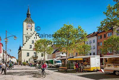 Deutschland, Bayern, Niederbayern, Deggendorf: Markt auf dem Luitpoldplatz, im Hintergrund das Alte Rathaus | Germany, Lower Bavaria, Deggendorf: market at Luitpold Square, at background the Old Townhall