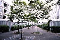 Rotterdam: De Peperklip. Interior court with sheds of asbestos cement (?)  Photo '87.
