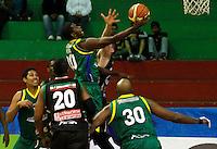 MANIZALES -COLOMBIA, 22-10-2013. Gerson Peña de Bambuqueros trata de encestar durante el el partido entre Manizales Once Caldas y Bambuqueros de Neiva válido por la fecha 6 de la Liga DirecTV de Baloncesto 2013-II de Colombia jugado en el coliseo Jorge Arango de la ciudad de Manizales./ Gerson Peña of Bambuqueros tries to basket during the match between Manizales Once Caldas and Bambuqueros de Neiva valid for the 6th date of the DirecTV Basketball League 2013-II in Colombia at Jorge Arango coliseum in Manizales. Photo:VizzorImage / Santiago Osorio / STR