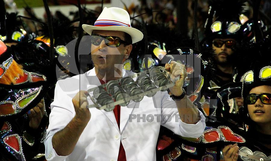 RIO DE JANEIRO, RJ, 07 DE MARÇO DE 2011 - CARNAVAL RJ - UNIÃO DA ILHA -  O prefeito do Rio de Janeiro Eduardo Paes, desfila na Escola de Samba União da Ilha, se apresenta no Sambódromo da Marquês de Sapucaí, durante o segundo dia dos desfiles do Grupo Especial do Carnaval 2011, do Rio de Janeiro. na noite desta segunda-feira (7).  (FOTO: WILLIAM VOLCOV / NEWS FREE).