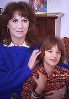 Asia Argento posa insieme alla madre Daria Nicolodi  nella sua casa di Roma. Foto 1984