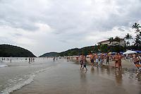 GUARUJA, SP, 14 DE JANEIRO 2012. CLIMA TEMPO. Movimentacao de turistas na praia de Pernambuco, no Guarujá, litoral sul de SP, na tarde deste sabado, 14. FOTO MILENE CARDOSO - NEWS FREE