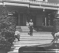 María Eva Duarte de Perón saliendo de la residencia presidencial, 1946.