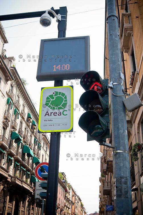 Milano, Area C, zona a traffico limitato (ZTL) con ingresso a pagamento. Semaforo --- Milan, Area C, limited traffic zone with entrance fee. Traffic light