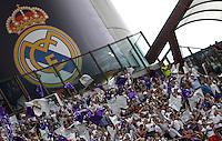 Calcio, finale di Champions League: Real Madrid vs Atletico Madrid. Stadio San Siro, Milano, 28 maggio 2016.<br /> Real Madrid fans prepare for the Champions League final match between Real Madrid and Atletico Madrid, at Milan's San Siro stadium, 28 May 2016.<br /> UPDATE IMAGES PRESS/Isabella Bonotto