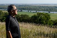 USA, Nebraska, Omaha Reservation, Omaha Indianer Rudi Mitchell (SIHIDUBA-four feet of the buffalo) blickt auf den Missouri Fluss nach Iowa