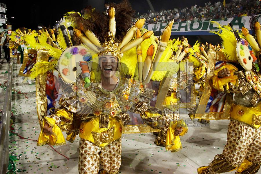 SÃO PAULO, SP, 04 DE MARÇO DE 2011 - CARNAVAL 2011 / MANCHA VERDE - Integrantes da Mancha Verde durante o primeiro dia dos desfiles as escolas do Grupo Especial de São Paulo, no Sambódromo do Anhembi, zona norte da capital paulista, na madrugada deste sábado. (FOTO: WILLIAM VOLCOV / NEWS FREE).