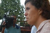 Exército chega ao município para conter a tensão na região <br /><br />Assassinato irmã Dorothy Stang<br />O corpo da missionária americana Dorothy Stang, da congregação irmãs de Notre Dame, 73 anos, é levado por moradores e policiais para o avião que a levará a Belém onde será periciado pelo instituto médico legal,. Irmã Dorothy foi assassinada brutalmente as 7: 30 da manhã de ontem (12/02/2005) quando saia de uma casa no assentamento feito pelo Incra conhecido como  PDS Esperança. Conforme os  levantamentos preliminares a religiosa foi morta com 9 tiros , dois dos quais na cabeça.<br />Anapú, Pará, Brasil<br />17/02/2005<br />Foto Paulo Santos