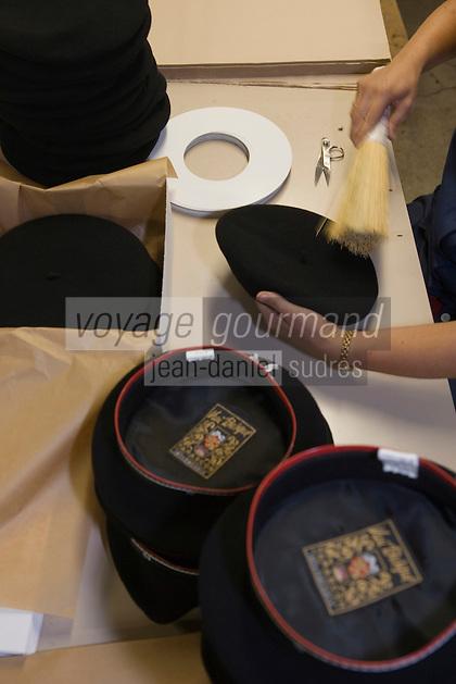 Europe/France/Aquitaine/64/Pyrénées-Atlantiques/Nay: Fabrication artisanale du Béret basque  en fait d'origine Béarnaise chez Blancq-Olibet - Vérification et mise en boite