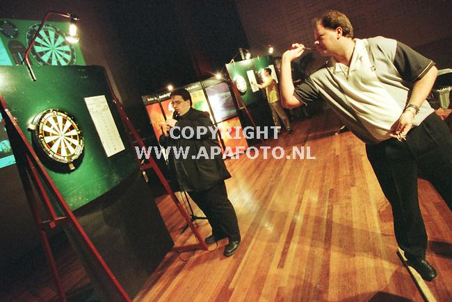 Arnhem,21-03-99  Foto:Koos Groenewold (APA)<br />de beste darter van de wereld speelde vanmorgen in het Musis Sacrum in Arnhem een bijzondere wedstrijd.``Barney`` dartte via het internet tegen tegenstanders uit het hele land.