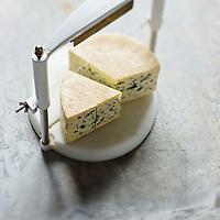 Europe/France/Midi-Pyrénées/12/Aveyron: Bleu des Causses, fromage au lait cru de vache, pâte persillée, Appellation d'Origine Protégée // France, Aveyron, Bleu des Causses, cheese made from raw cow's milk blue cheese, Protected Designation of Origin
