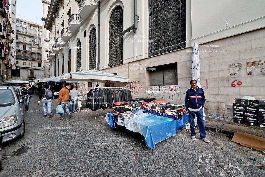 - NAPOLI 28 NOV 2014 -   mercato ambulanti  via Carmignani