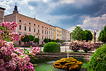 Deutschland, Bayern, Chiemgau: Tittmoning - Stadtplatz mit Springbrunnen und Florianbrunnen im Hintergrund | Germany, Bavaria, Chiemgau: Tittmoning - Town Square with waterspout fountain and Florian fountain at background