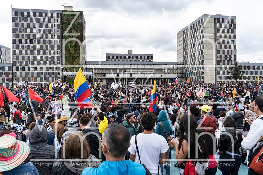 """BOGOTÁ -COLOMBIA, 07-08-2018: Miles de manifestantes se congregaron en el parque de La Hoja en Bogotá hoy, 07 de agosto de 2018, durante la """"Marcha por la Vida"""" convocada por el excandidato presidencial y líder de """"Colombia Humana"""" Gustavo Petro y que se realiza simultaneamente en las principales ciudades de Colombia . / Thousands of demonstrators gathered in the La Hoja park in Bogotá today, August 7, 2018, during the """"March for Life"""" convened by the former presidential candidate and leader of """"Colombia Humana"""" Gustavo Petro and which takes place simultaneously at the Main cities of Colombia. Photo: VizzorImage / Diego Cuevas / Cont"""