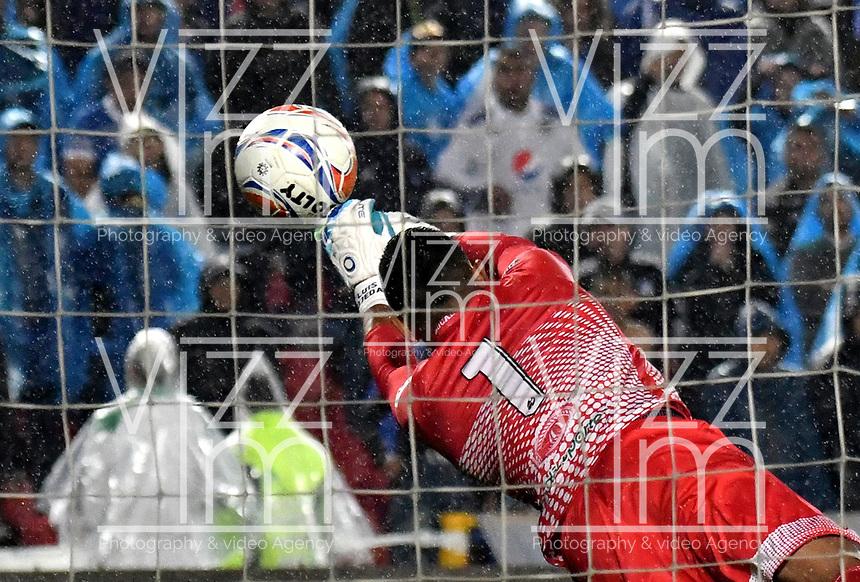 BOGOTA - COLOMBIA - 01 – 04 - 2018: Luis Ojeda, guardameta de Atletico Bucaramanga, evita gol de Millonarios, durante partido de la fecha 12 entre Millonarios y Atletico Bucaramanga, por la Liga Aguila I 2018, jugado en el estadio Nemesio Camacho El Campin de la ciudad de Bogota. / Luis Ojeda, goalkeeper of Atletico Bucaramanga, avoids Millonarios goal, during a match of the 12th date between Millonarios and Atletico Bucaramanga,  for the Liga Aguila I 2018 played at the Nemesio Camacho El Campin Stadium in Bogota city, Photo: VizzorImage / Luis Ramirez / Staff.