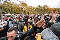 """Sogenannten """"Querdenker"""" sowie verschiedene rechte und rechtsextreme Gruppen hatten fuer den 18. November 2020 zu einer Blockade des Bundestag aufgerufen. Sie wollten damit verhindern, dass es eine Abstimmung ueber das Infektionsschutzgesetz gibt.<br /> Es sollen sich ca. 7.000 Menschen versammelt haben. Sie wurden durch Polizeiabsperrungen daran gehindert zum Reichstagsgebaeude zu gelangen. Sie versammelten sich daraufhin u.a. vor dem Brandenburger Tor.<br /> Im Bild: Demonstranten stehen mit erhobenen Haenden vor einer Polizeiabsperrung auf der Strasse des 17. Juni.<br /> 18.11.2020, Berlin<br /> Copyright: Christian-Ditsch.de"""