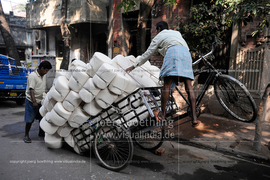 INDIA Westbengal, Kolkata, bicycle rickshaw three wheeler for transport of goods, cotton fabric / INDIEN, Westbengalen, Kolkata, Dreirad Fahrrad Rikscha fuer Lastentransport, Baumwolltuch
