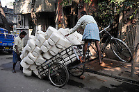 INDIA Westbengal, Kolkata, bicycle rickshaw three wheeler for transport of goods, cotton fabric / INDIEN, Westbengalen, Kolkata, Dreirad Fahrrad Rikscha fuer Lastentransport, Baumwolltuch