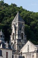 Europe/France/Aquitaine/24/Dordogne/Brantome: Le clocher de l'église abbatiale (XIe siècle) est certainement le plus ancien campanile de France. Il a, en outre, la particularité d'être bâti non sur l'église mais sur le surplomb rocheux de 12 mètres de hauteur qui la domine. Son architecture à quatre étages est pour le moins étonnante. L'abbaye Saint-Pierre de Brantôme est une ancienne abbaye bénédictine