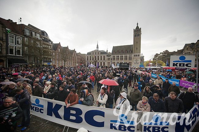 quite some crowd on the Roeselare central square for a mid-week race<br /> <br /> Dwars Door Vlaanderen 2014