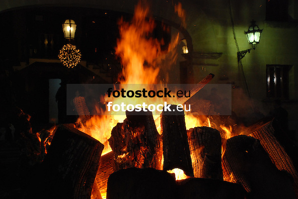 Bonfire of Saint Anthony's night at the main square in front of the town hall of Sóller<br /> <br /> Fuego de San Antonio Abad (cat.: Sant Antoni Abat) en la Plaza de la Constitución delante del Ayuntamiento de Sóller<br /> <br /> Sankt Antonius Feuer auf dem Hauptplatz von Soller vor dem Rathaus <br /> <br /> 3008 x 2000 px<br /> 150 dpi: 50,94 x 33,87 cm<br /> 300 dpi: 25,47 x 16,93 cm