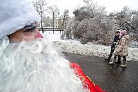 RUSSLAND, Moskau, 12.2010. ©  Sergey Kozmin/EST&OST.Weihnachten mit Vaeterchen Frost. Altersgemaess unterwegs im Rollstuhl.   Christmas with Father Frost. His age made him choose a wheelchair.