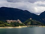 Italien, Latium, Castel di Tora am Lago del Turano in den Monti Carseolani   Italy, Lazio, Castel di Tora at Lago del Turano with Monti Carseolani mountains