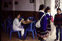 COLOMBIA - Villaggio andino - turista seduta ad un bar  Andean village - tourists sitting at a bar