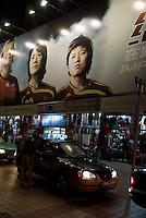 China, Peking (Beijing), Reklame-Tafel an der Wangfujing Dajie