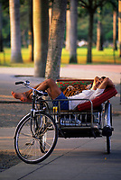 SINGAPORE, ESPLANADE PARK QUEEN ELIZABETH WALK, MAN SLEEPING IN RICKSHAW