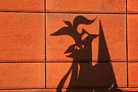 Europe/Europe/France/Midi-Pyrénées/46/Lot/Saint-Céré: Ombre portée d'une Sculpture de Jean Lurçat  représentant le coq , motif  propre à l'artiste, au Lycée de Saint-Céré