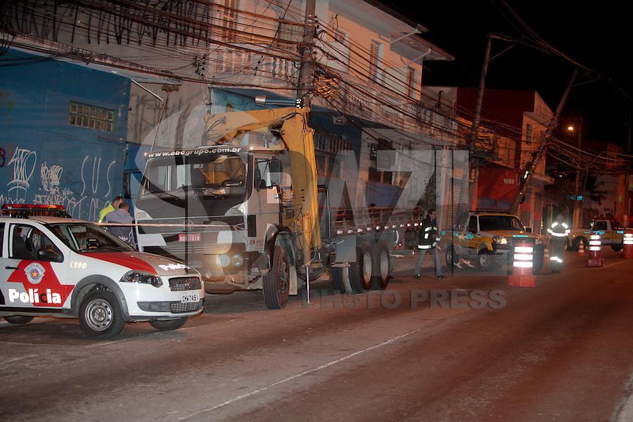 SAO PAULO,SP, 19.08.2015 - ACIDENTE-SP - Caminhão colide com dois postes e bloqueia totalmente a Avenida João Dias, zona sul da cidade de São Paulo na noite desta quarta-feira, 19. (Foto: Douglas Pingituro / Brazil Photo Press)
