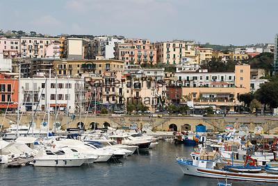 ITA, Italien, Kampanien, Neapel: Hafen von Pozzuoli, hier legen die Faehren der Reedereien Medmar und Caremar nach Ischia und Procida ab   ITA, Italy, Campania, Naples, subburg Pozzuoli: harbour and starting point of ferries to Ischia and Procida