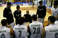 MANIZALES -COLOMBIA, 21-03-2014. Raúl Pabón (C) entrenador de Academia da instrucciones durante el partido entre Manizales Once Caldas y Academia de la Montaña por la fecha 3 de la Liga DirecTV de Baloncesto 2014-I de Colombia jugado en el coliseo Jorge Arango de la ciudad de Manizales./ Raul Pabon coach of Academia gives directions during the match between Manizales Once Caldas and Academia de la Montaña for the third date of the DirecTV Basketball League 2014-I in Colombia at Jorge Arango coliseum in Manizales. Photo:VizzorImage / Santiago Osorio / STR