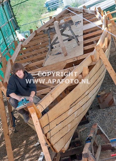 Millingen a/dRijn 250810 Wouter Rijpma werkt op scheepswerf in Millingen a/d Rijn aan de bouw het Romeins patrouilleschip Liburna<br /> Foto Frans Ypma APA-foto