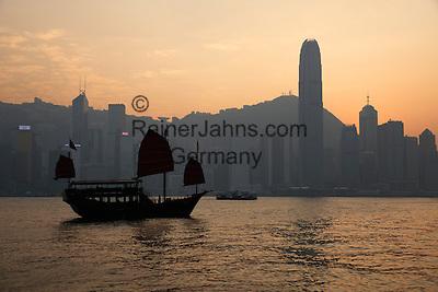 People's Republic of China, Hong Kong: Aqua Luna Junk boat in Victoria harbour with Hong Kong skyline at sunset | Volksrepublik China, Hongkong: die Aqua Luna Dschunke im Victoria Harbour vor der Skyline Hongkongs im Sonnenuntergang